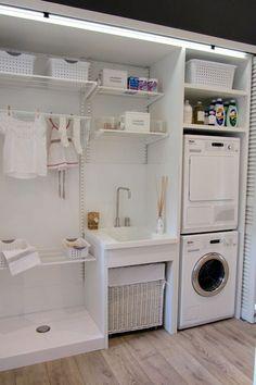 Aunque tengas una casa pequeña todo es posible. Mira esta: Cocina, comedor, despensa y planchador todo junto.
