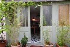 A Tiny & Pleasant Paris Apartment — Professional Project Une glycine pour entourer les portes fenêtres...