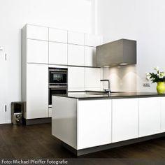 minimalistische wei e k che mit schr ge treppen pinterest wei e k chen schr g und k che. Black Bedroom Furniture Sets. Home Design Ideas