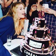 海外セレブニュース&ファッションスナップ: 【ドウツェン・クロース】斬新!口紅が飾られたケーキでロレアル10周年のキャリアをお祝い!