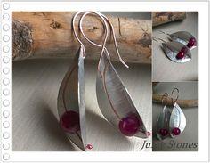 Orecchini a forma di foglia fatti a mano in argento e pietre dure. Handmade leaf silver earrings.