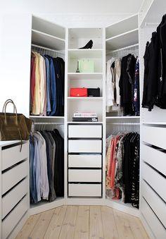 Шикарная угловая гардеробная с деревянными полочками