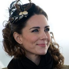 Fascinator's have been made popular by the Duchess of Cambridge, Kate Middleton, which these accessories can pull a look together and make a outfit look more complete as you go from day to night Moda Kate Middleton, Estilo Kate Middleton, Princesa Kate Middleton, Princess Kate, Real Princess, Princess Eugenie, Kate Middleton Biography, Long Brunette Hair, Fascinator Hairstyles