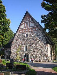 Esbo domkyrka. Esbo domkyrka är en medeltida gråstenskyrka och den äldsta bevarade byggnaden i Esbo. Dess äldsta delar är från 1480-talet. Uppifrån sett är kyrkan formad som ett kors (korskyrka). Ursprungligen var kyrkan treskeppig, men försågs under 1820-talet med tvärskepp och fick därmed sin nuvarande korsform. Esbo kyrka blev domkyrka i januari 2004.