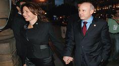 :) O ex-ministro da Fazenda Guito Mantega foi hostilizado ao sair de um restaurante Italiano da capital paulista, após um jantar com sua mulher Elaine Berg