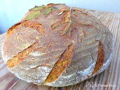 """......je samozřejmě bochník téměř obyčejný. Téměř - protože žádný kváskový chleba není """"jen"""" obyčejný :-) Pšenično-žitný, z části zadělávaný syrovátkou, ozdobený snítkou bylin, které se pekly zároveň s ním. Bylinky můžete stylově nasekat i do střídy, bude pak zeleně kropenatá. Takto ozdobený bochník je pro mě milým připomenutím okolní přírody a zdobný nejen pro náš…"""