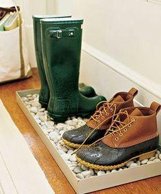 Bien utile lorsqu'il pleut dehors... Un bac, du gravier et des chaussures qui sèchent ! #thisga.com #rangement