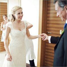 Almudena esperando la aprobación de su padre... Y le encantó :) www.teresapalazuelo.com/BLOG/wp-content/uploads/2013/03/La_boda_de_Almudena-3.jpg