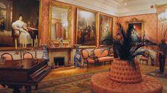 Salón de Baile en tonos salmón en el que encontramos retratos de diversos personajes destacables de la época. Es uno de los espacios más vistosos del museo, y en el destaca el piano de la Reina Isabel II.