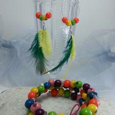 Pétillant bracelet multirangs en graines d'açais multicolore et créoles assorties à plumes jaunes et vertes
