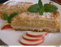 Nejprve připravíme jablečnou náplň. Rozpustíme v kastrůlku máslo, přidáme pokrájená jablku a cukr a rozvaříme na pyré. Necháme...