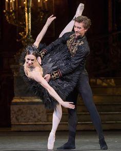 "Marianela Núñez and Vadim Muntagirov ""Black swan"" pas-de-deux Ballet Images, Ballet Photos, Dance Photos, Dance Pictures, Male Ballet Dancers, Ballet Tutu, Ballet Boys, Royal Ballet, Boris Vallejo"