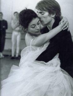 Rudolf Nureyev .Сами же Рудольф и Марго так рассказывают о своих отношениях: «Когда мы были на сцене, наши тела, наши руки соединялись в танце так гармонично, что, думаю, ничего подобного уже никогда не будет, — вспоминает Нуриев. — Она была моим лучшим другом, моим конфидентом, человеком, который желал мне только добра»