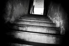 La ESMA, scuola dei cadetti della Marina.  Le scale che i detenuti semi addormentati dai sedativi salivano per raggiungere il camion che li avrebbe portati all'aereo