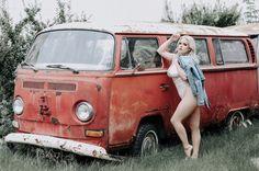 Old VW's and girls. stuff I find and repost Vw Bus T2, Volkswagen Minibus, Bus Camper, Vw T1, Volkswagen Golf, Kombi Hippie, Kdf Wagen, Hot Vw, Bus Girl