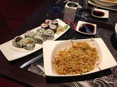Deu peces de Sushi i Yakisoba. Barcelona