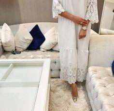 Abaya Fashion, Muslim Fashion, Modest Fashion, Fashion Dresses, Muslimah Clothing, White Outfits For Women, Modele Hijab, Arabic Dress, Beautiful Hijab