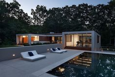 """The new Canaan Residence is a modern white house in Connecticut woods. It is designed by """"Specht Harpman Architects"""" to provide the feeling of a floating pavilion in the center of a wooded area. Bedroom Minimalist, Minimalist Interior, Minimalist Decor, Minimalist Kitchen, Minimalist Living, U Shaped Houses, Casa Top, Moderne Pools, Decor Scandinavian"""