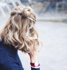 balayage-blond-coupe-femme-courte-carré-flou-avec-un-petit-chignon-sur-le-dessus-look-boheme