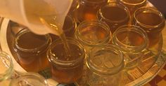 In diese Gelees mischen sich der oft würzig-herbe Geschmack der Pflanzen mit der Süße des Zuckers. Pflanzen- und Kräutergelees kann man zum Beispiel aus Salbei, Rosmarin oder Thymian bereiten.