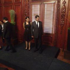 El Gobernador Javier Corral y su esposa Cinthia Chavira arriban al despacho de gobierno.
