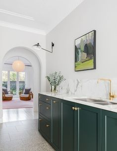 An Interior Designer's Charming Art Deco Apartment In North Bondi (The Design Files) Cocina Art Deco, Casa Art Deco, Art Deco Kitchen, Art Deco Home, Interior Design Studio, Art Deco Design, Interior Design Kitchen, Green Interior Design, Sapin Design