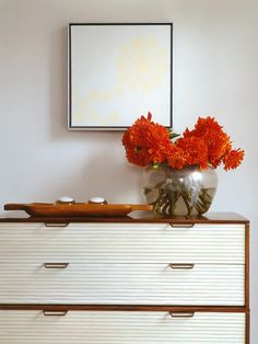 Aparador em madeira e gavetas brancas trbalhadas com puxadores Designer: Thomas O'Brien Fotógrafo: Laura Resen Fonte: American Modern