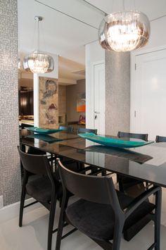 mesa tampo de vidro preto e cadeiras cor chumbo