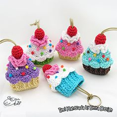 Cupcake key cozy amigurumi crochet pattern by Emi Kanesada (Enna Design) Crochet Food, Love Crochet, Crochet Gifts, Easy Crochet, Crochet Cupcake, Crochet Patterns Amigurumi, Crochet Dolls, Crochet Keychain Pattern, Crochet Phone Cases