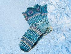 Leena-Kaisa Karilahden sinisävyiset villasukat saivat 1. palkinnon Suuressa sukkakilpailussa.Kuura-sukat xxxKoko: 39/40.Tulostettava ohje (pdf) Tarvikkeet: Austermann Step Horoskoopit (75 WO + 25 PA, 100 g = 420 m) -lankaa 100 g. Sukkapuikot nro 2,5-3 käsialasi mukaan.Sileä neule suljettuna neule...