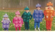 Aren't these guys cuter than the Brady Bunch? They are five siblings -last Halloween, they were all LEGOS! How much more adorable and creative can you get? The Halloween costumes are a piece of cak. Lego Halloween Costumes, Halloween Kostüm, Holidays Halloween, Diy Costumes, Costume Ideas, Group Halloween, Costumes Family, Halloween Disfraces, Homemade Costumes