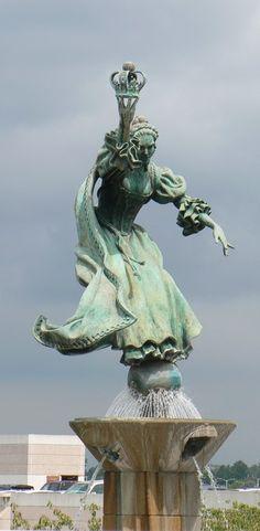 Charlotte, NC: Queen Charlotte Statue at Charlotte-Douglas International Airport