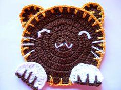 Este porta copos de crochê  que fiz durante esta semana é uma releitura  deste modelo em feltro.  -do blog Sew Ritz Titzy.  Como vocês pode...