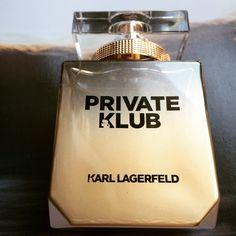 • KARL LAGERFELD - PRIVATE KLUB - Women - Eau de Parfum •Il party più esclusivo, l'evento più memorabile, la festa più elegante. Lei c'è e cattura ogni sguardo.Riverbera l'immagine di una femminilità intraprendente la nuova fragranza Private Klub di Karl Lagerfeld, un fascino moderno, cosmopolita, un glamour sensuale che osa e lascia il segno. Una composizione olfattiva sostenuta dall'eleganza di un accordo orientale, una scrittura raffinata con intriganti, luminosi accenti di Bergamotto e…