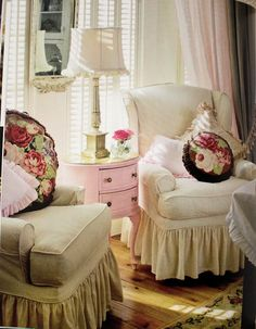 cottage/ shabby chic pink, white, and creme color scheme with soft slipcovers Casas Shabby Chic, Shabby Chic Mode, Shabby Chic Vintage, Style Shabby Chic, Shabby Chic Decor, Style Cottage, Cottage Living, Shabby Cottage, Cottage Chic