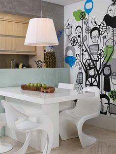 Sala de jantar com mesa branca e adesivo de parede
