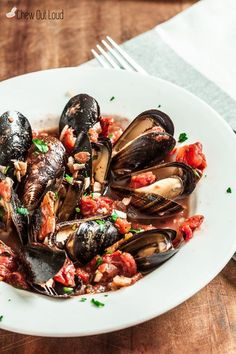 Mussels with Garlic and Tomatoes. Healthy Succulent Mussels with Garlic and Tomatoes. Super easy summer appetizer or light dinner. Fish Recipes, Seafood Recipes, Dinner Recipes, Cooking Recipes, Healthy Recipes, Seafood Appetizers, Mussel Recipes, Healthy Appetizers, Healthy Meals