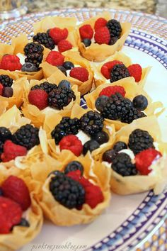 Pink to Green: Skinny Fruit Tarts made with phyllo pastry and Greek yogurt Wonton Recipes, Tart Recipes, Appetizer Recipes, Dessert Recipes, Cooking Recipes, Appetizers, Just Desserts, Healthy Desserts, Delicious Desserts