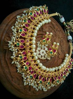 Latest Fashion Gold And Pearl Necklace Designs - Fashion Beauty Mehndi Jewellery Blouse Design Geek Jewelry, Pearl Jewelry, Jewelry Design, Women's Jewelry, Indian Wedding Jewelry, Bridal Jewelry, Pearl Necklace Designs, Stone Necklace, Sterling Necklaces