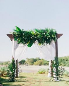 Pretty tropical feels for this #WeddingWednesday  #everydayIBT from @merariphotography