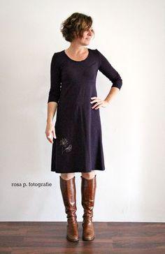 Schlichtes lilafarbenes Kleid mit Pusteblume Stickerei (Freebie)