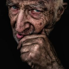 Back in 2008 Lee Jeffries took a picture of a homeless girl sleeping in a doorway in London, and it changed his life. Since then the amateur photographer (although his. Homeless People, Homeless Man, Helping The Homeless, Lee Jeffries, Street Photography, Portrait Photography, People Sleeping, Old Faces, Face Expressions