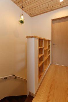 廊下の壁に可動棚を設置。単行本やCDなどたっぷり収納できます。 Stairs, House Design, Inspiration, Home Decor, Home Libraries, Houses, Stairway, Landing, Biblical Inspiration