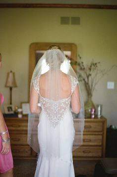 Love this light airy veil (but without the swiss dots)     Photography by alealovely.com