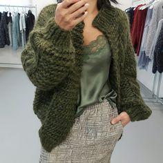 Items op Etsy die op kiro by kim bomber handknitted cardigan lijken Knitted Coat, Mohair Sweater, Kiro By Kim, Knit Fashion, Fashion Outfits, Knitting Designs, Knitting Patterns, Pijamas Women, Mature Fashion