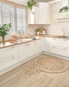 Charming Scandinavian style kitchen, all in white with a woody touch. Living Room Kitchen, Living Room Interior, Kitchen Interior, Sweet Home, Decoration Bedroom, Decor Room, Aesthetic Room Decor, Wall Decor Quotes, Scandinavian Kitchen