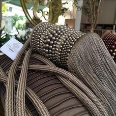 FENDI | A cor esbanja elegância e os detalhes no mesmo tom confirmam a beleza deste pingente. Concorda? #cortinas #pingentes #decoracao #SpenglerDecor
