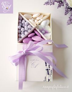 Scatola degustazione confetti personalizzata con decoro lavanda ed iniziali sposi ♡ Handmade Wedding Favours, Edible Wedding Favors, Best Wedding Favors, Rustic Wedding Favors, Wedding Favor Bags, Wedding Gifts, Wedding Invitations, Cream Wedding, Baby Wedding