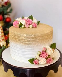 The cake is one of the biggest stars of any party and the possibilities of decoration are many. Golden Birthday Cakes, Birthday Cake With Flowers, 30 Birthday Cake, Cake Flowers, Cake Decorating Techniques, Cake Decorating Tips, Anniversary Cake Designs, Anniversary Cakes, Birthday Cake For Women Simple
