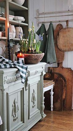 home decor inspo Shabby Chic Cottage, Cottage Style, Tree House Interior, Norway Design, Swedish Decor, Vibeke Design, Dining Room Hutch, Handmade Furniture, Rustic Furniture